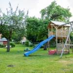 Hoteleigener Kinderspielplatz im eigenen Garten